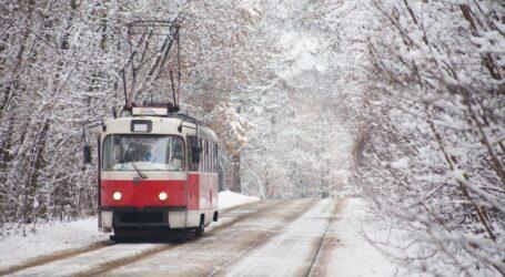 Трамвайщики вручную восстанавливают движение