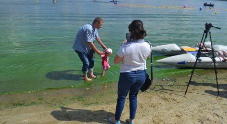 «Цвітіння» води в Дніпрі не турбує мешканців Кам'янського та медиків, що наглядають за купанням