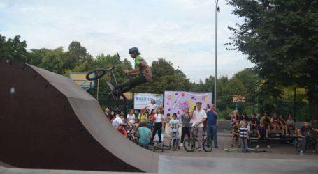 Польоти на велосипедах навперейми з собакою в парку Кам'янського