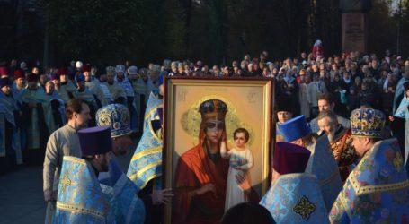 Козацькі розваги та православний перфоманс з чудотворною іконою в Кам'янському (фоторепортаж)