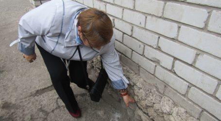 Дощова вода підмиває 15-поверховий житловий будинок в Кам'янському