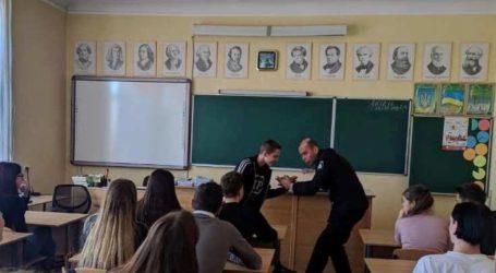 Мобільник – улюблена здобич зловмисників, нагадали поліцейські мешканцям Кам'янського