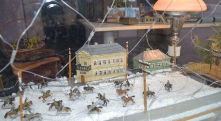 Макети історичних будівель та подій можна побачити на підвіконні центральної бібліотеки Кам'янського