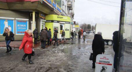 Поки сходить сніг, мешканці Кам'янського можуть замовляти ремонт тротуарів
