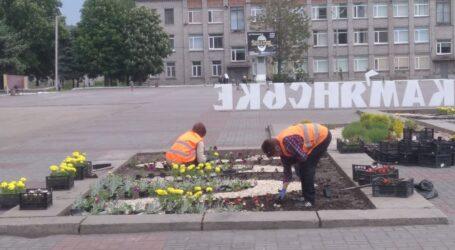 Квіти та бруківка в центрі Кам'янського, плани самоврядування щодо повітря та сміття