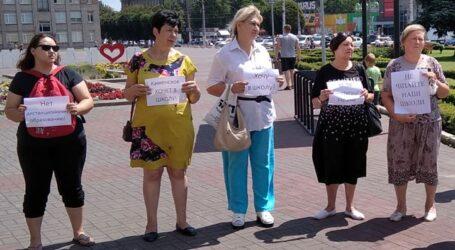 Акцію проти дистанційного навчання провели педагоги та батьки в Кам'янському
