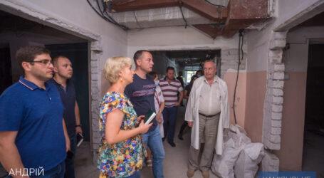 Мэр Каменского проверил процесс выполнения капитальных ремонтов в больницах города