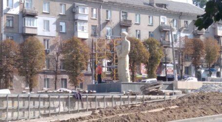 Скульптуру «Матері» в Кам'янському відчистили піском (+ відео)