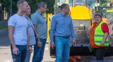 Уборка улиц и дворов, покос, ремонт дорог и благоустройство: мэр Каменского провел объезд