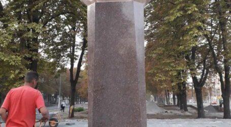 У Кам'янському бюст Брежнєва почистили та перенесли в тінь