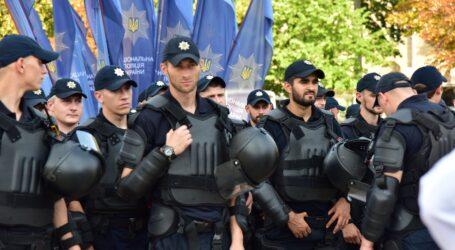 Будні поліції: напад на поліцейського в Кам'янському та соцопитування в Україні