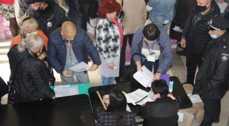 Важкий підрахунок голосів, впевнена перемога Білоусова та нервове очікування партійних результатів на виборах у Кам'янському