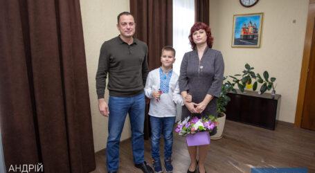 Мэр Каменского вручил ключи от квартиры семье, в которой воспитываются дети с инвалидностью