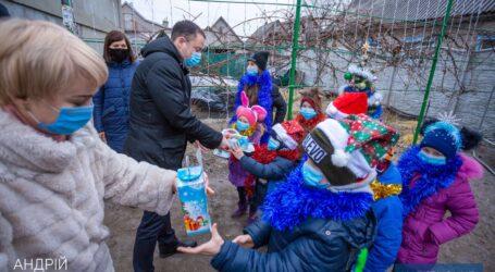 Міський голова Кам'янського з подарунками завітав до дитячих будинків сімейного типу