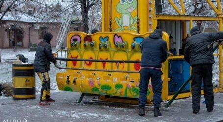В парку Кам'янського демонтували дитячі атракціони