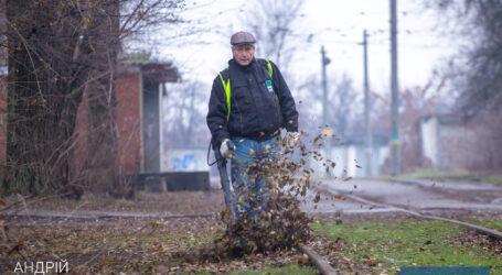 Мэр Каменского проверил, как убирают листву с территории города