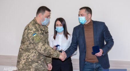 Мэр Каменского вручил награды военным и волонтерам