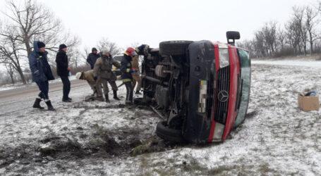 На Дніпропетровщині 6 надзвичайників рятували автівку