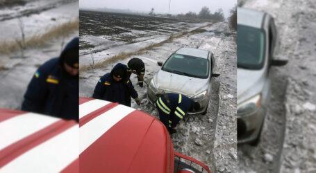 Під Кам'янським рятувальники допомогли іноземцю, який застряг у кучугурах
