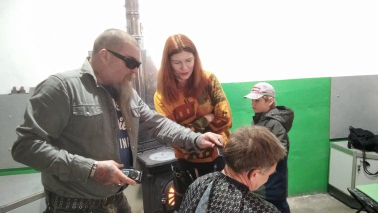 В Кам'янському перукарі вчились робити чоловічі зачіски в польових умовах