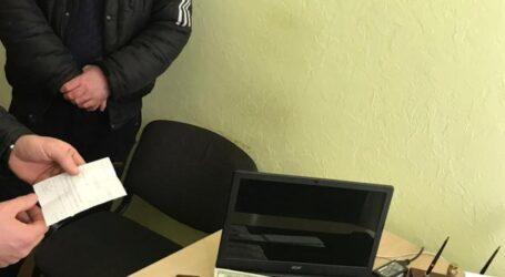 На Дніпропетровщині за закриття кримінального провадження чоловік пропонував 1000 доларів