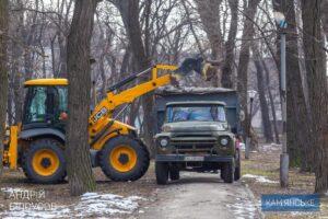 Кам'янське прибирають після осінньо-зимового періоду - ФОТО