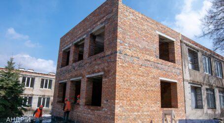 В Каменском продолжается реконструкция коллегиума №16 и гимназии №11