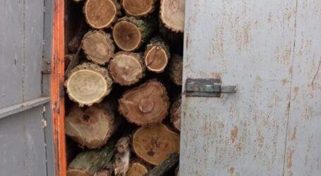 Поліцейські Кам'янського зупинили автомобіль доверху завантажений деревиною