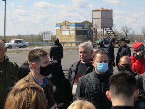 Батьки на трасі під Дніпром вимагали відновити ремонт школи в Кам'янському - ФОТО