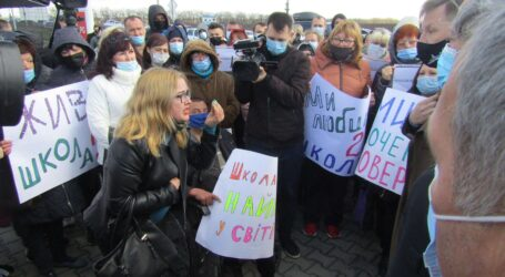 Батьки на трасі під Дніпром вимагали відновити ремонт школи в Кам'янському