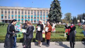 Центр Кам'янського прикрасили писанками з нагоди Великодня - ФОТО