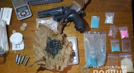 Поліцейські Кам'янського вилучили у трьох містян наркотики та зброю