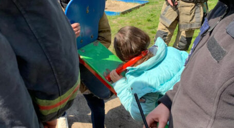 На Дніпропетровщині дівчинка застрягла головою у гойдалці