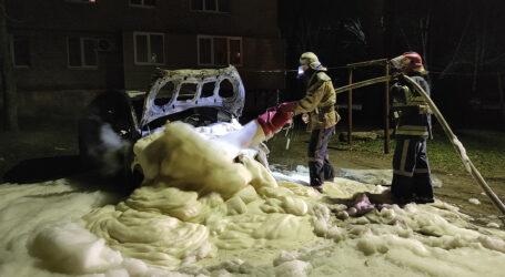 На Дніпропетровщині у дворі загорівся автомобіль
