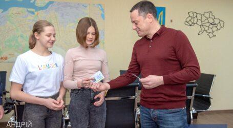 Мэр Каменского вручил удостоверения «Мастер спорта Украины» воспитанницам КДЮСШ «Проминь»