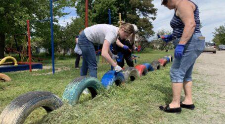 Активні мешканці Кам'янського привели до ладу дитячі майданчики