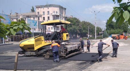 Відновлення дороги в центрі Кам'янського близьке до завершення