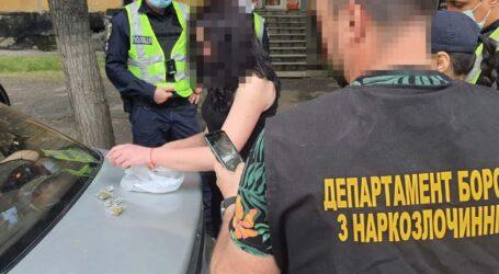 На Дніпропетровщині затримали молоду наркозбувачку