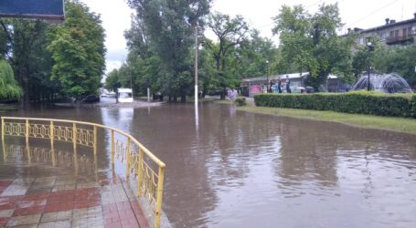Злива з градом в Кам'янському дошкуляє мешканцям та комунальникам