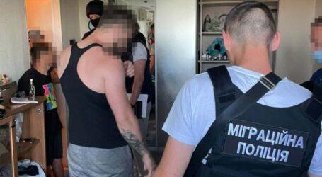 У Дніпрі правоохоронці затримали групу осіб, які відправляли дівчат за кордон для заняття проституцією