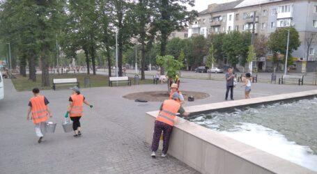 Генеральне прибирання в сквері центрального проспекту Кам'янського
