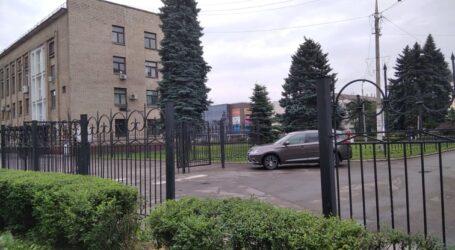 Куди подівся фрагмент огорожі біля міськради в Кам'янському