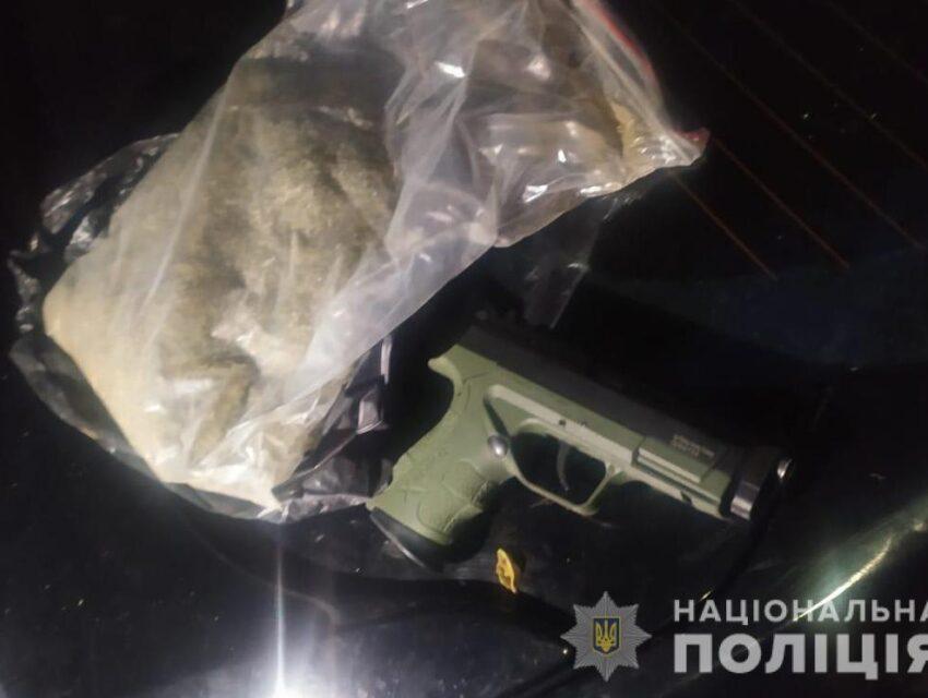 На Дніпропетровщині чоловік у власній автівці перевозив зброю та наркотики