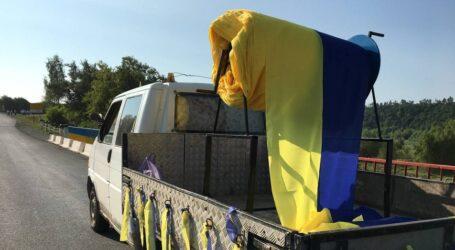 На Західній Україні розгорнули найдовший прапор