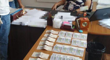 На Дніпропетровщині двох посадовців затримали за хабар