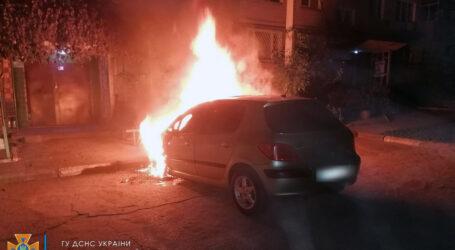 На Дніпропетровщині прямо у дворі загорівся легковик