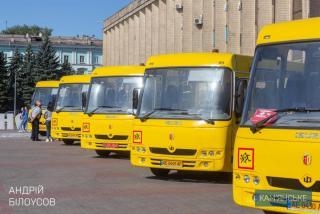 Ко Дню города в Каменском презентовали новые школьные автобусы и трамваи