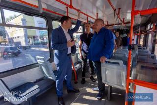 Ко Дню города в Каменском презентовали новые школьные автобусы и трамваи - ФОТО