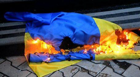 В Каменском установили личность девушки, которая подожгла Государственный флаг