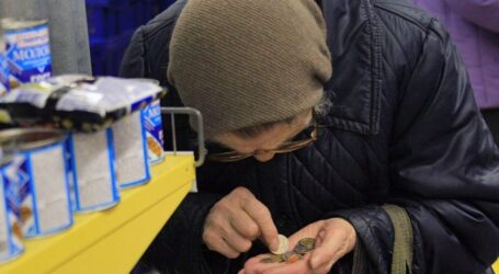 Большинство украинских пенсионеров вынуждены работать